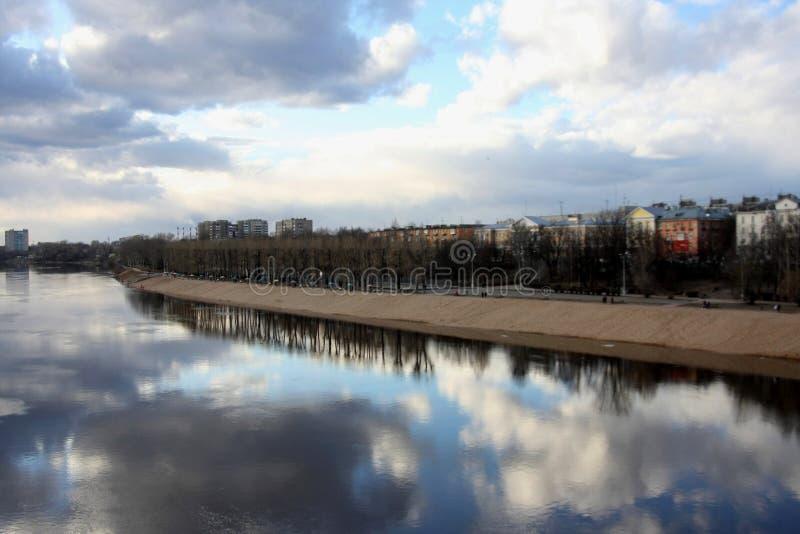 Promenade an einem Frühlingstag lizenzfreie stockfotos