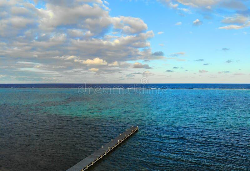 Promenade en barque s'étendant dans l'océan photographie stock