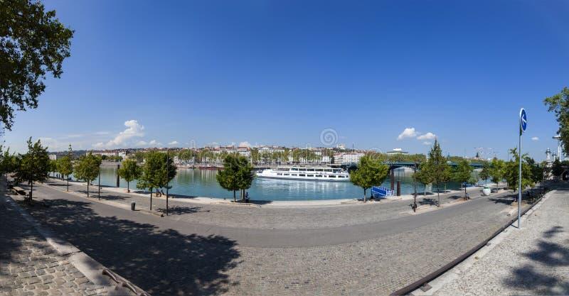 'promenade' en el río Rhone en Lyon fotografía de archivo