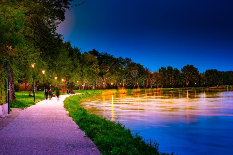 'promenade' en la orilla del río Rhone en Aviñón en la noche imagen de archivo libre de regalías