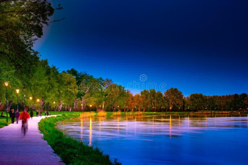 'promenade' en la orilla del río Rhone en Aviñón en la noche foto de archivo
