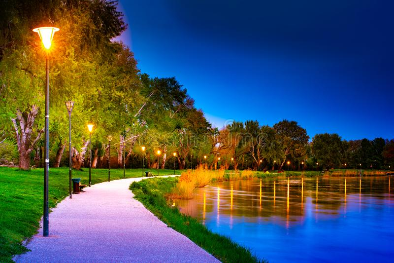 'promenade' en la orilla del río Rhone en Aviñón en la noche imagen de archivo