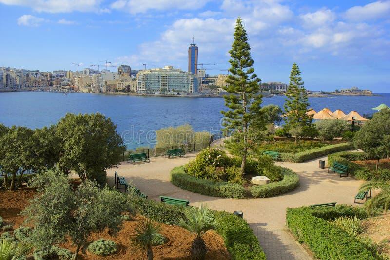 Promenade en park in Sliema, Malta stock afbeelding
