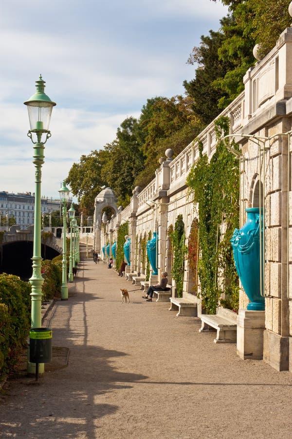 Promenade entlang dem Fluss in Wien lizenzfreies stockbild