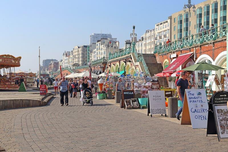 'promenade' inferior peatonal a lo largo de Brighton Beach, Brighton, Reino Unido fotos de archivo