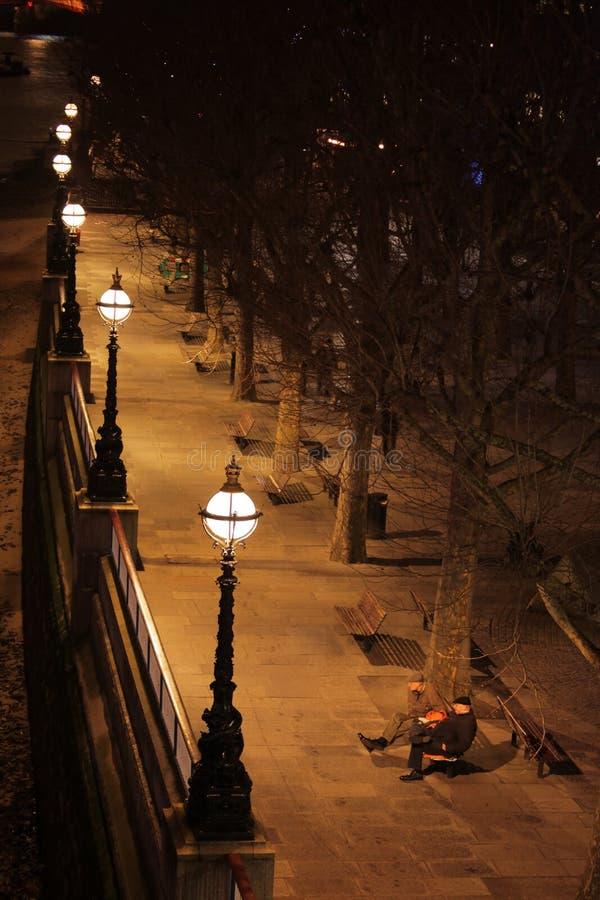Promenade langs de rivier van Theems royalty-vrije stock afbeeldingen