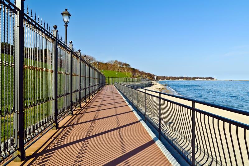 Promenade langs de woonplaats van de Staat van de Russische Federatie. Stad van Pionerskiy, Kaliningrad-gebied, Rusland royalty-vrije stock fotografie