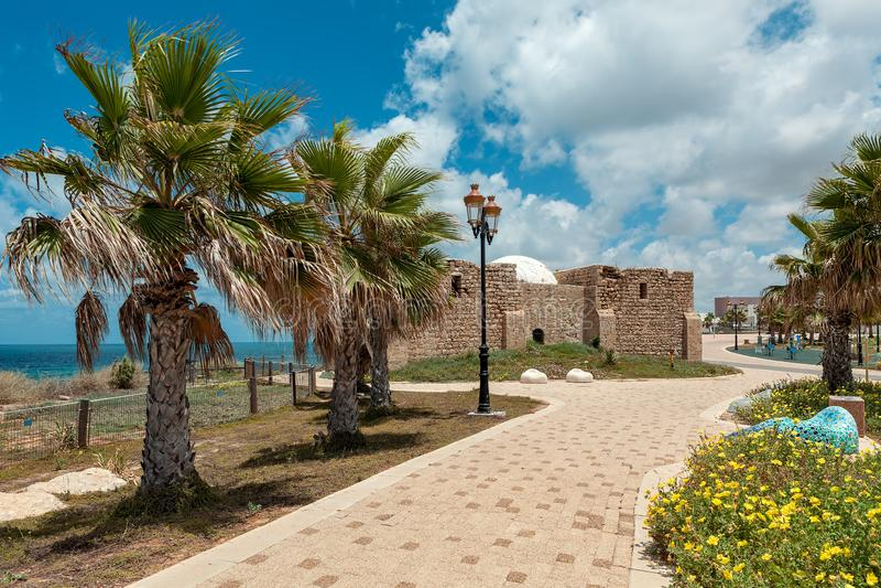 Promenade langs Middellandse Zee en oud graf van onbekende sh stock afbeeldingen