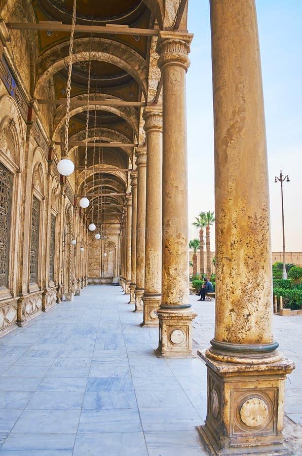 Promenade le long de l'arcade de la mosquée d'albâtre, le Caire, Egypte photos stock