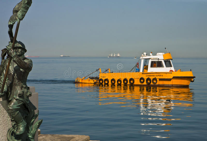 'promenade' Le Rive de Trieste, Italia - mar de la costa de la ciudad fotos de archivo libres de regalías