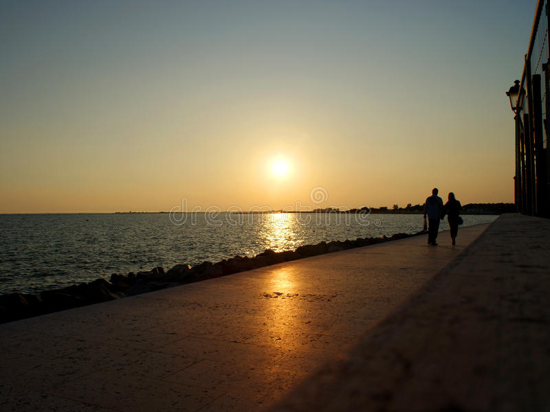 Promenade le soir photo stock