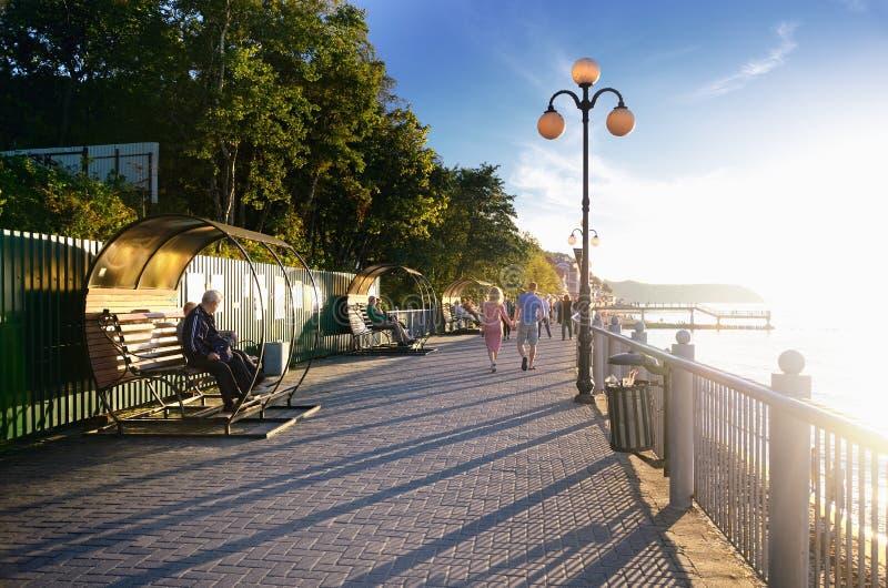 'promenade' a lo largo de la playa del mar en la puesta del sol en Svetlogorsk, Kaliningrado Oblast, Rusia imagen de archivo libre de regalías