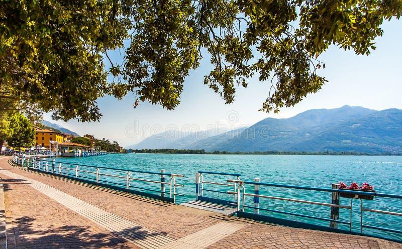 Promenade in Lovere auf dem Lago d Iseo in Italien lizenzfreie stockfotos
