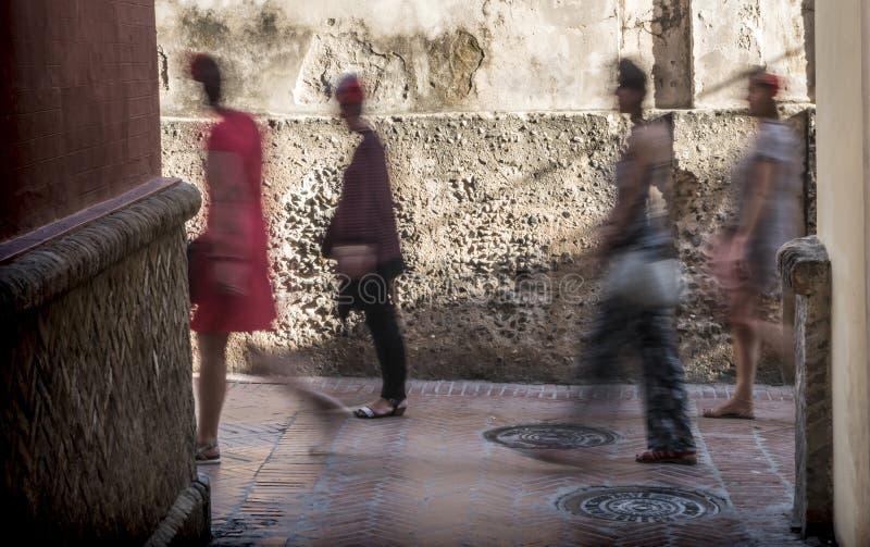 Promenade méconnaissable de personnes la rue étroite typique de Séville, Andalousie, Espagne photo libre de droits