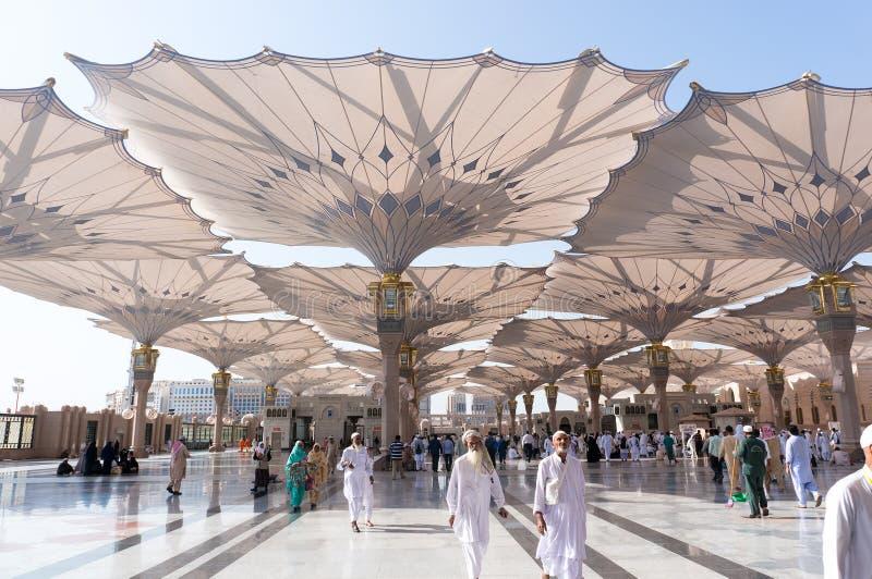 Promenade Masjid extérieur Nabawi de pèlerins photographie stock libre de droits