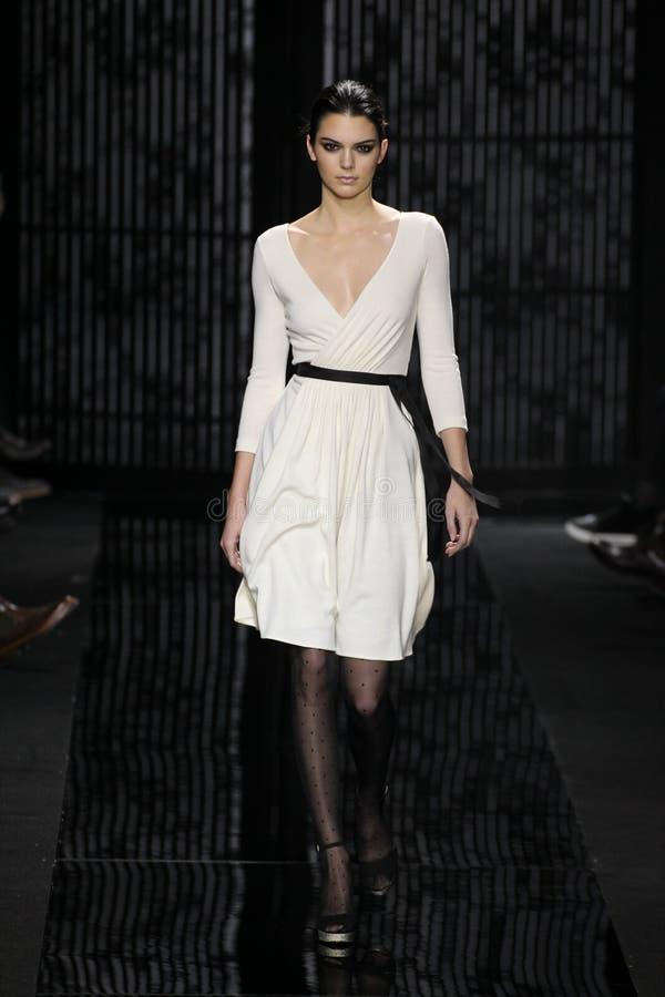 Promenade modèle de Kendall Jenner la piste au défilé de mode de Diane Von Furstenberg pendant l'automne 2015 de MBFW photos stock
