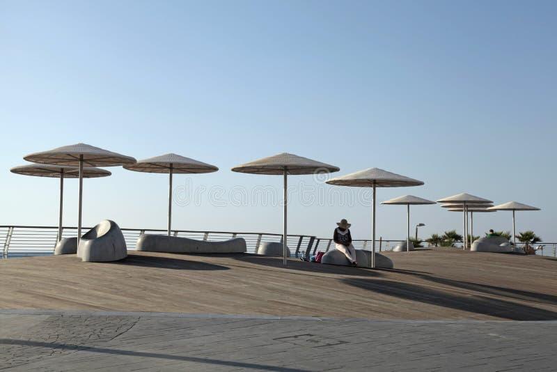 'promenade' moderna de la playa con los paraguas en Tel Aviv, Israel fotos de archivo