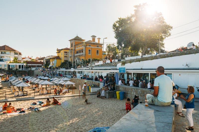Promenade naast overvol zandig strand in Cascais dichtbij Lissabon, Portugal tijdens de zomer Dit strand is genoemd geworden Prai royalty-vrije stock afbeeldingen