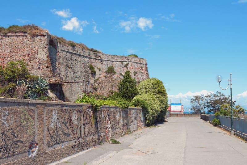 Promenade onder muren van oude vesting Savona, Italië stock fotografie
