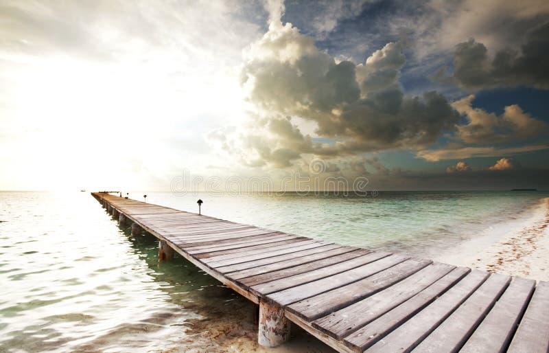 Promenade op strand stock foto's