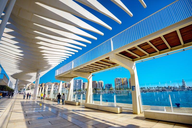 Promenade Palmeral de Las Sorpresas im Seehafen Màlaga, Andalusi lizenzfreie stockbilder