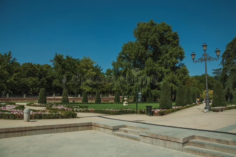 Promenade piétonnière avec des arbres et des réverbères en parc de Madrid photos stock