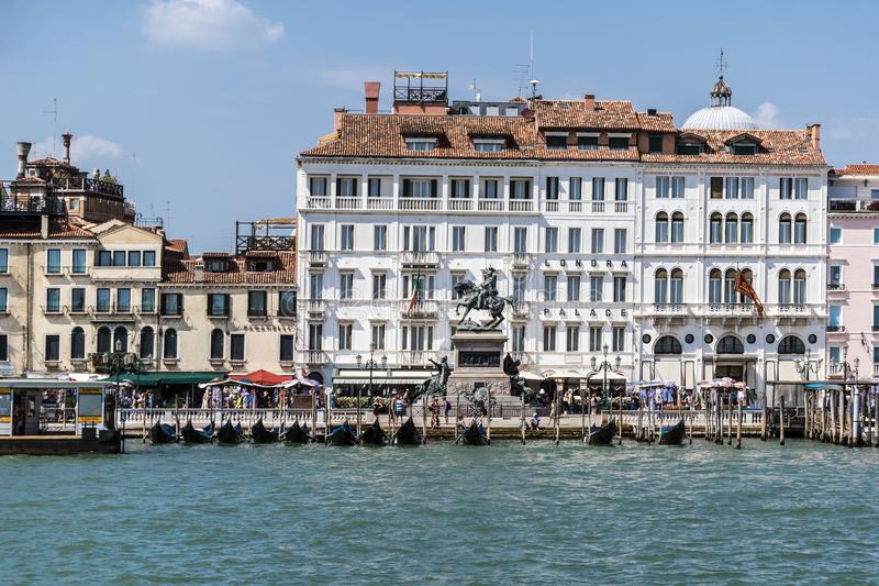 Promenade Riva Degli Schiavoni, hotel en Monument aan Victor Emmanuel II in Venetië, Italië royalty-vrije stock foto's