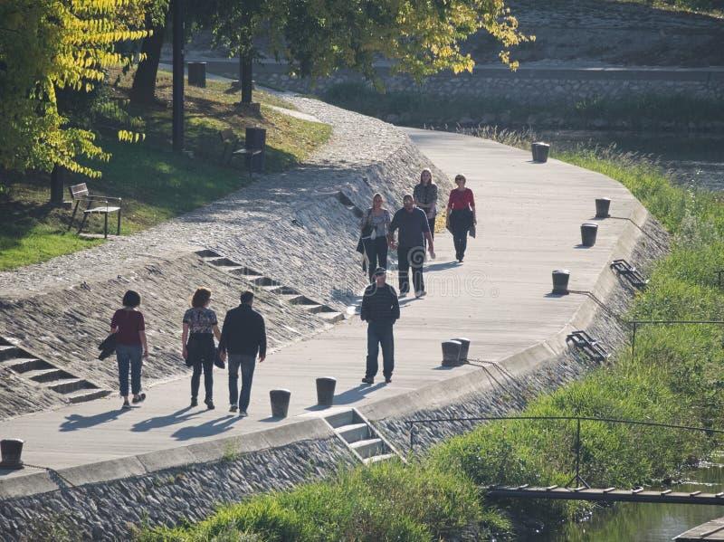 Promenade Riverside sur la rivière Rába à Gy?r, Hongrie photographie stock libre de droits