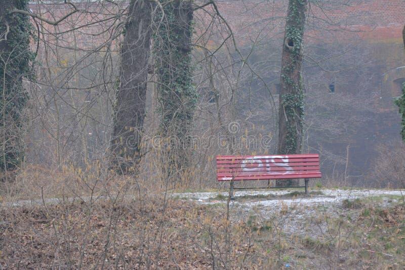 Promenade romantique dans les bois derrière une fortification de la Renaissance à Berlin photographie stock libre de droits