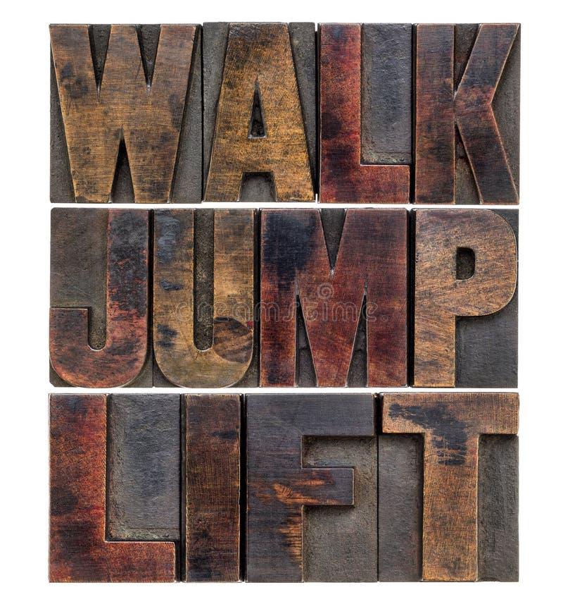 Promenade, saut, ascenseur dans le type en bois image stock