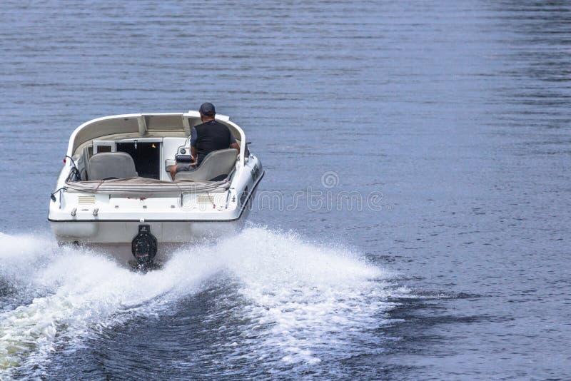 Promenade sur l'eau sur un canot automobile images stock