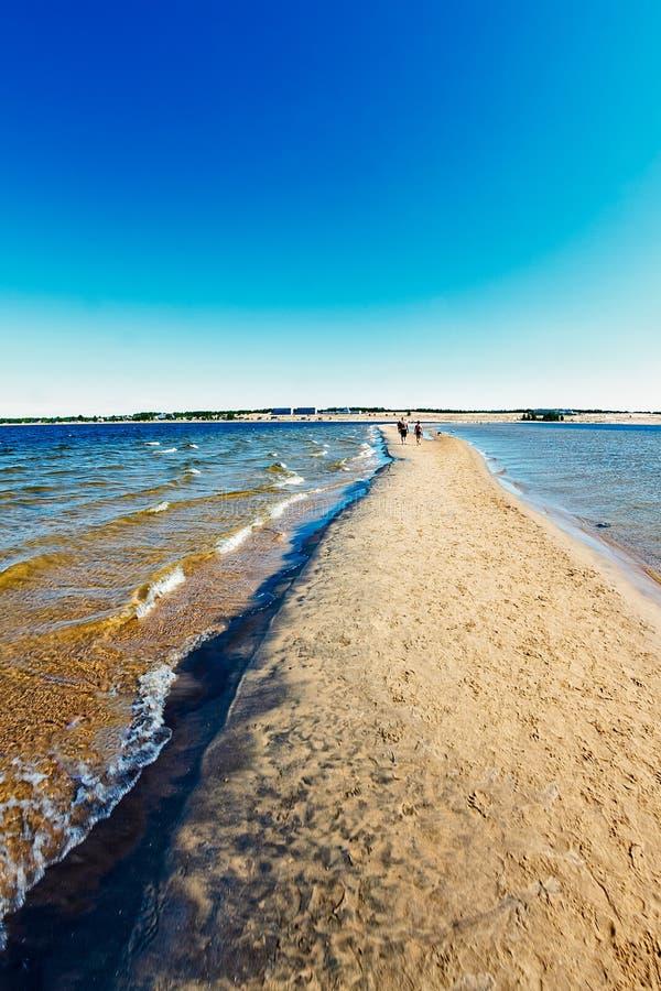 Promenade sur le banc de sable images stock