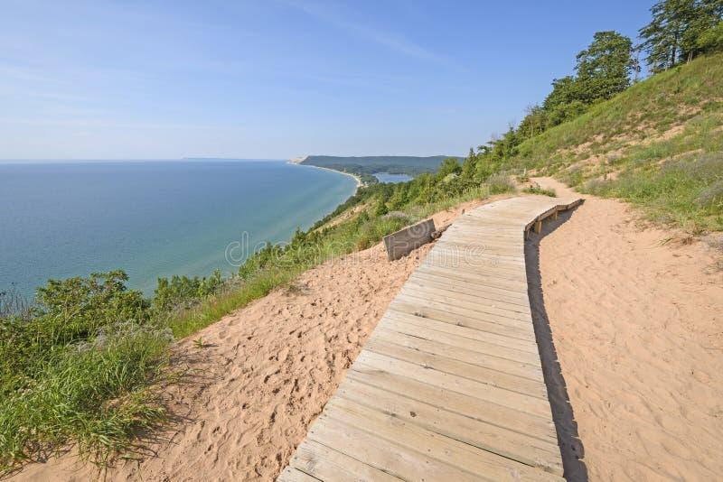 Promenade sur une traînée de dune de sable images libres de droits