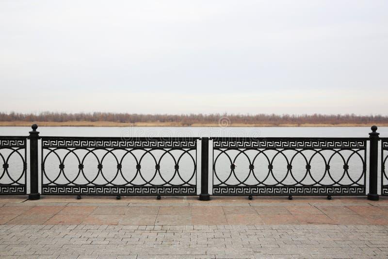 Promenade van Volga rivier Astrakan, Rusland stock fotografie