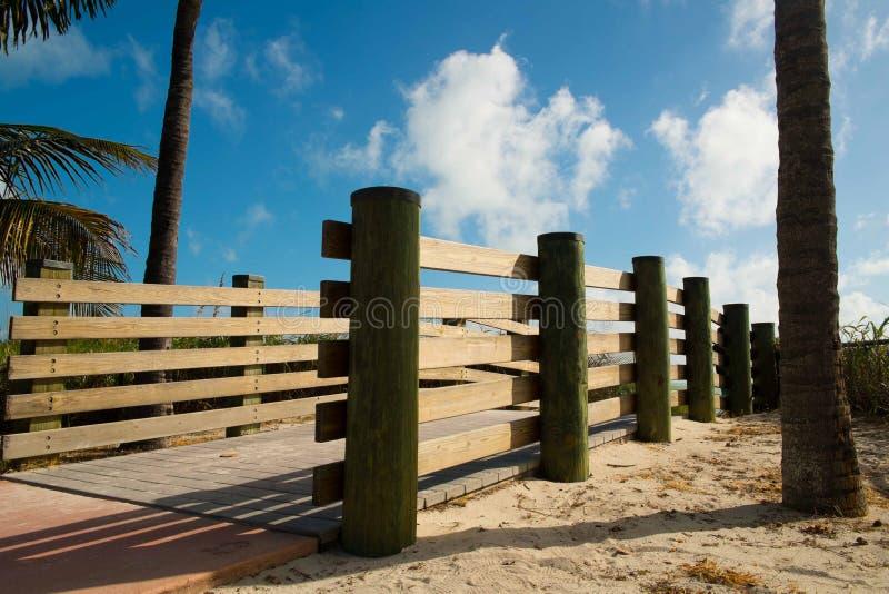 Promenade zum auf den Strand zu setzen stockfoto