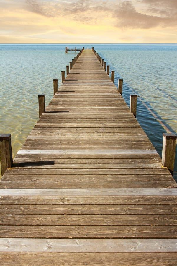 Promenade zum endlosen Horizont stockbild