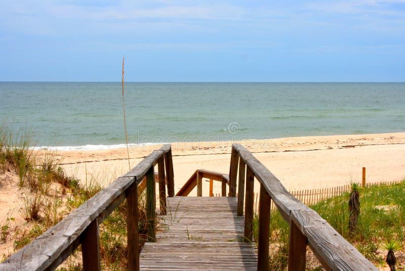 Promenade zum Strand stockfotos