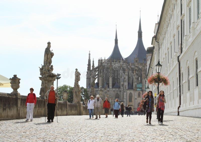 Promenade zur Kathedrale von St. Barbara lizenzfreie stockfotos