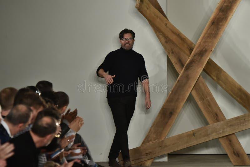 Promenades de Billy Reid de concepteur la piste au défilé de mode de Billy Reid pendant l'automne des hommes de semaine de mode d image stock