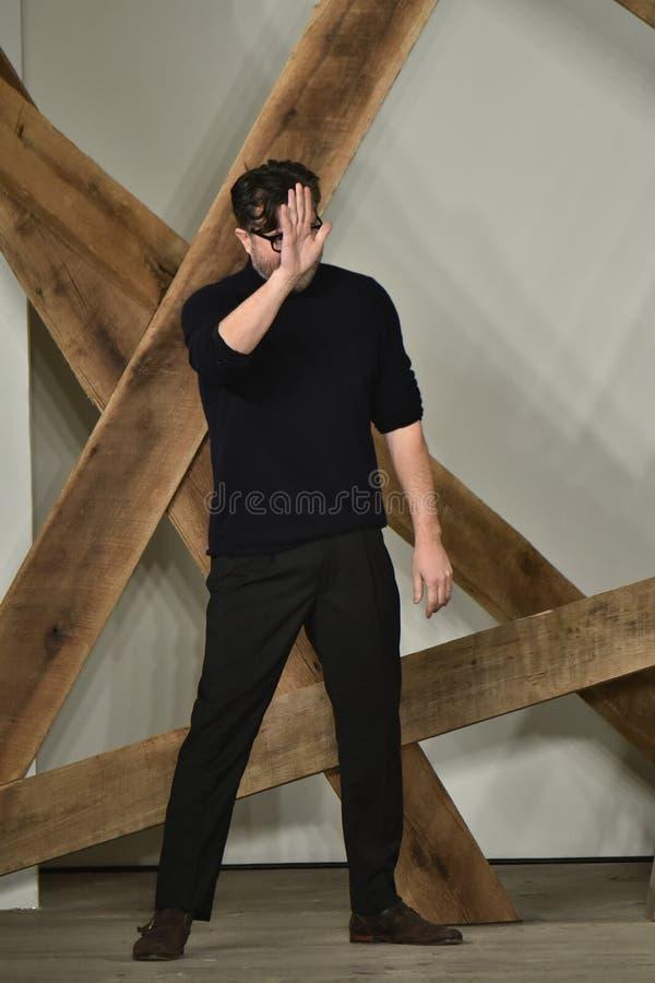 Promenades de Billy Reid de concepteur la piste au défilé de mode de Billy Reid pendant l'automne des hommes de semaine de mode d photographie stock