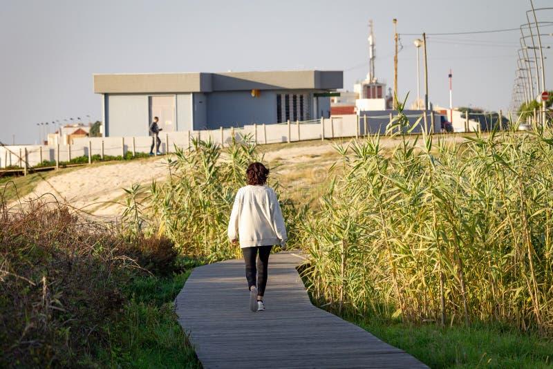 Promenades de femme sur la promenade photographie stock