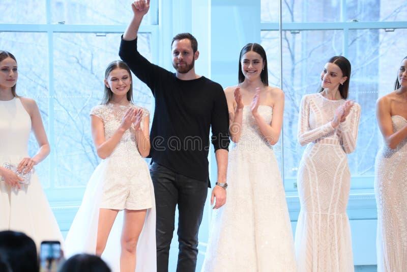 Promenades de Justin Alexander de concepteur la piste pour le défilé de mode nuptiale de Justin Alexander Spring 2019 images libres de droits