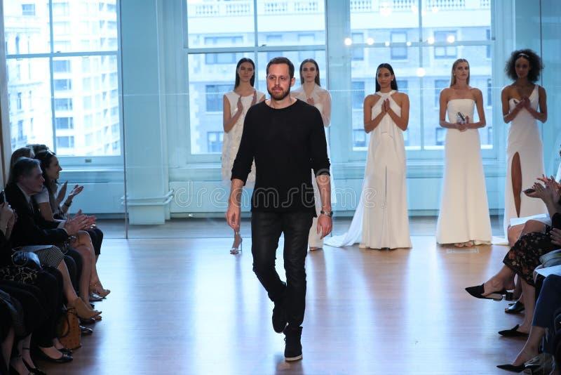 Promenades de Justin Alexander de concepteur la piste pour le défilé de mode nuptiale de Justin Alexander Spring 2019 photo stock