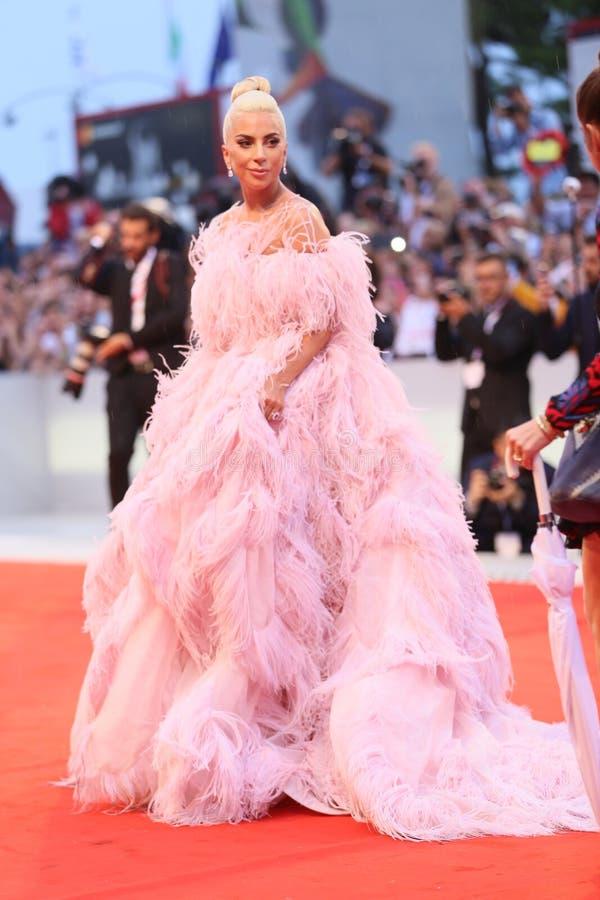 Promenades de Madame Gaga le tapis rouge photo stock