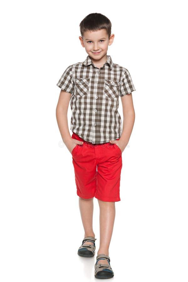 Promenades de sourire de petit garçon de mode photo libre de droits