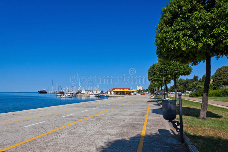 Promenadgata i den Umag staden, Istria, Kroatien royaltyfri foto