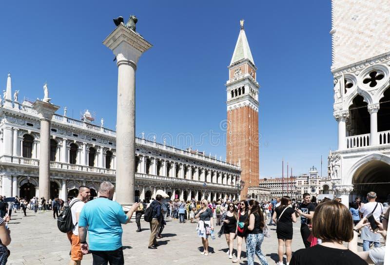 Promenera de smala gatorna och kanalerna av Venedig, Italien arkivfoton