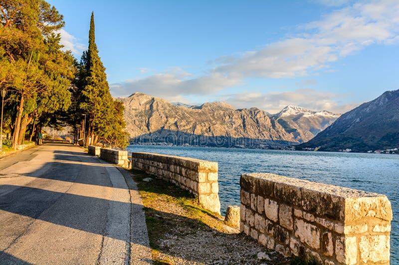Promenera i staden av Perast i Montenegro royaltyfri foto