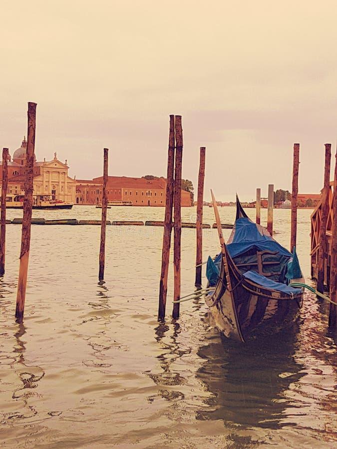 Promenera kanalerna av Venedig arkivbild