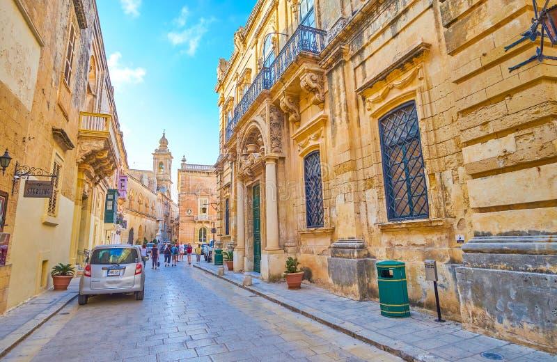 Promenera medeltida gator av Mdina, Malta arkivbild